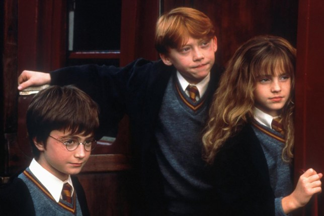 GEJ4JG Daniel Radcliffe, Rupert Grin, Emma Watson Harry (Daniel Radcliffe), Ron (Rupert Grin) und Hermine (Emma Watson). *** Local Caption *** 2001, 2001, Film, Harry Potter And The Sorcerer's Stone, Literaturverfilmung, literary film adaption, Harry Potter Und