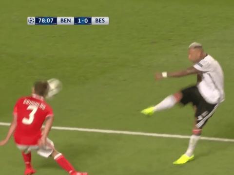 Video: Ricardo Quaresma knocks out Benfica defender Alex Grimaldo with powerful shot