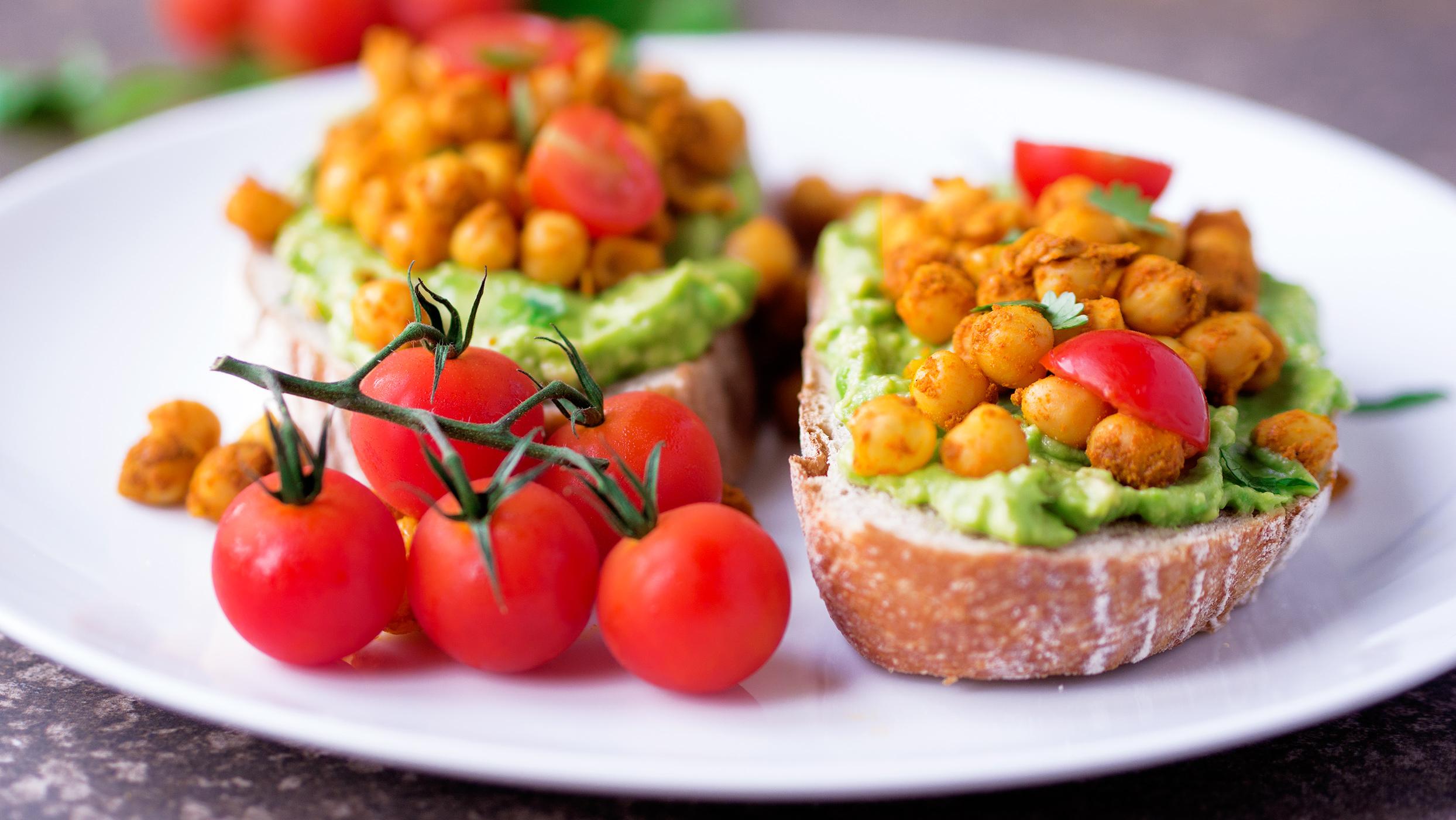 Healthy vegan brunch recipe – Spicy chickpea and avocado toast