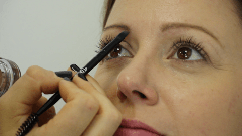Makeup tutorial video: How to draw in the perfect eyebrows
