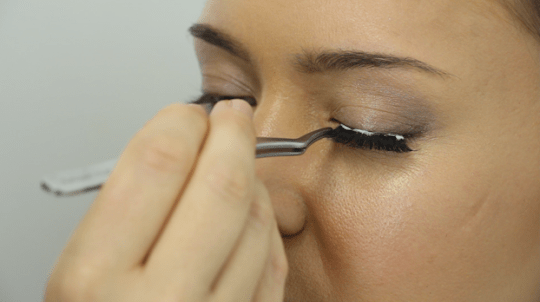 ec01b0dbe80 How to apply false eyelashes in a step-by-step tutorial video ...