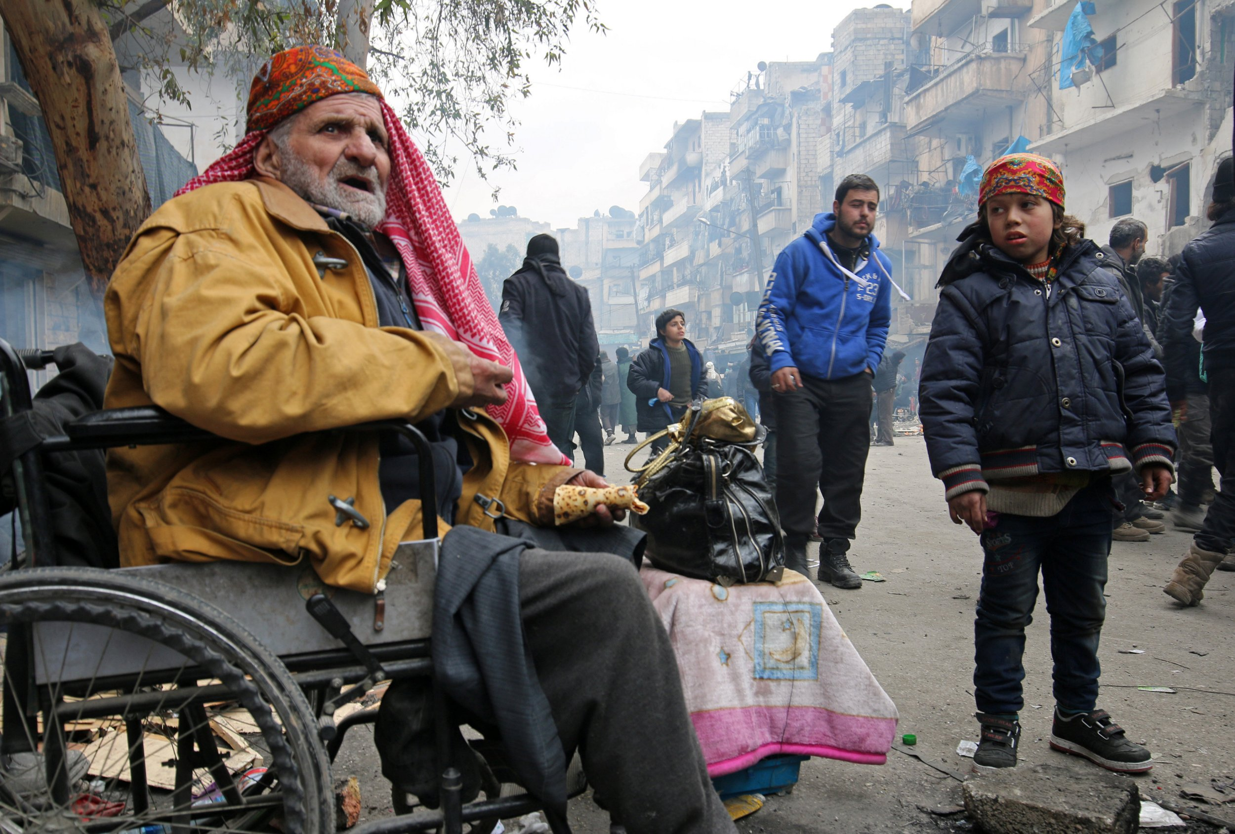 Thousands in Aleppo wait in freezing cold for evacuation to resume