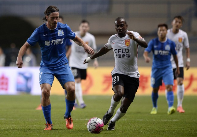 Gael Kakuta (R) of Hebei CFFC competes for the ball with Anders Svensson of Guangzhou R&F during their Chinese Super League football match in Guangzhou on March 4, 2016. CHINA OUT AFP PHOTO / AFP / STR (Photo credit should read STR/AFP/Getty Images)