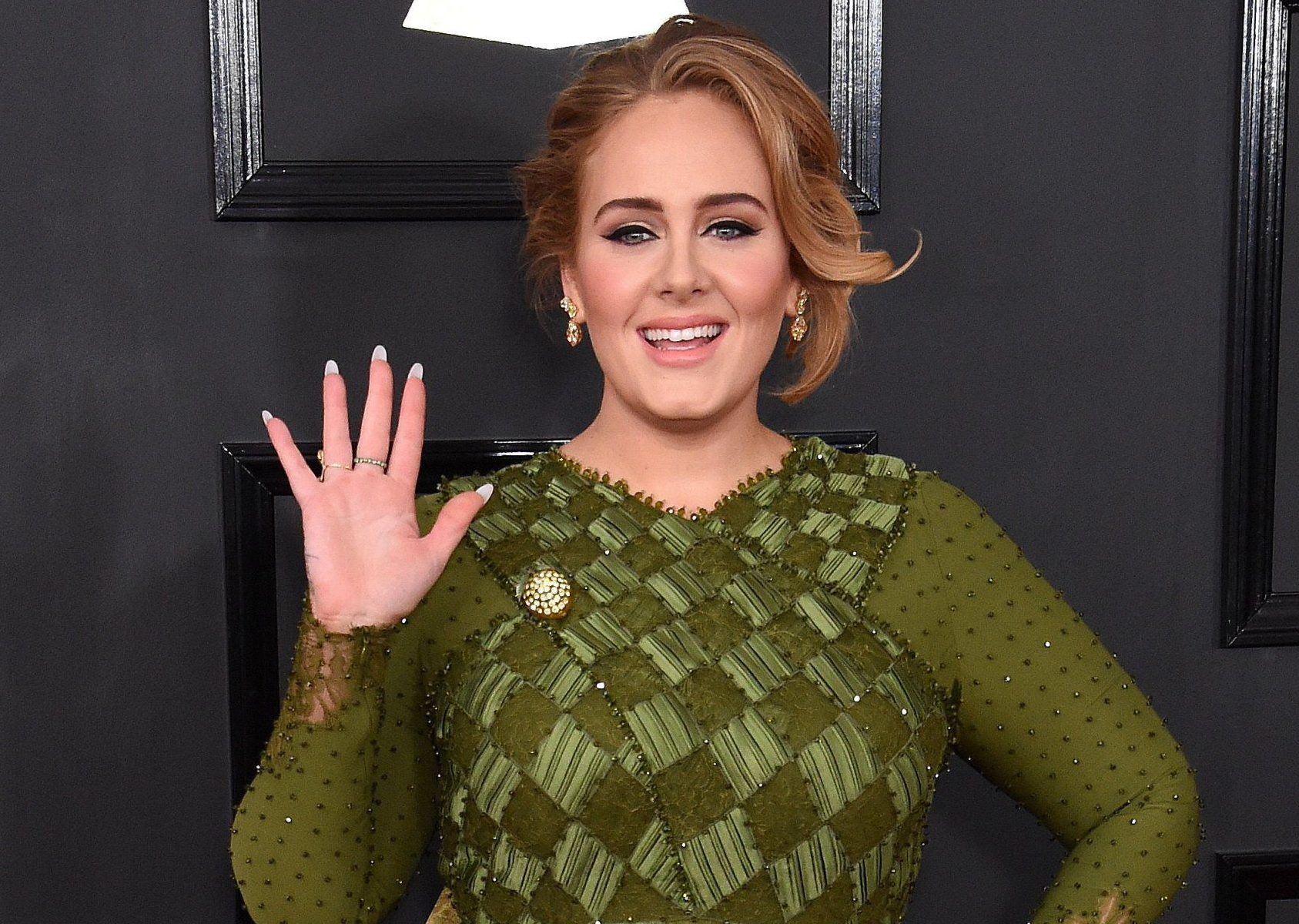 Adele totally fangirled over Beyonce by wearing a lemon brooch to the Grammys and everyone loved it