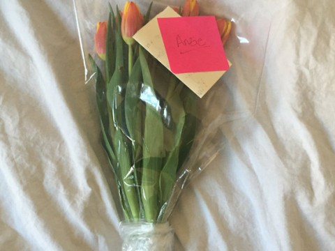 Girl receives heartwarming note and flowers from stranger who noticed her crying