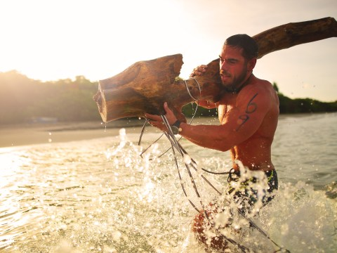 This guy's planning to swim 100km around the world with a tree strapped to his back