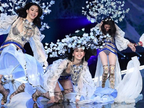 Victoria's Secret model Ming Xi expertly recovers from fall at 2017 Fashion show catwalk