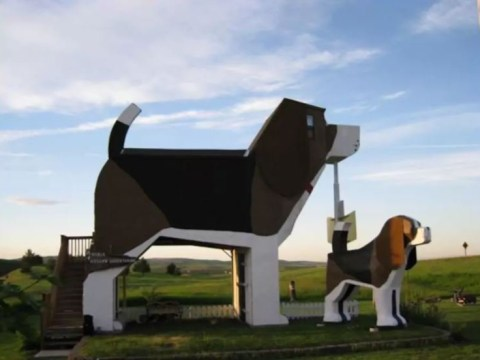 Attention, dog-lovers: You can stay in a hotel that's shaped like a giant beagle
