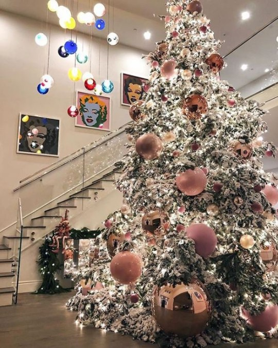 20 Ft Christmas Tree.Kylie Jenner Posts Photo Of 20ft Christmas Tree On Instagram