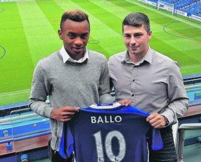 the latest 22ac6 e526d Chelsea news: New signing Thierno Ballo poses with shirt at ...
