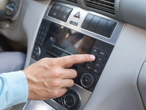 How to change the time on your car radio or digital tachograph