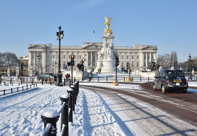 Mandatory Credit: Photo by Matthew Chattle/REX/Shutterstock (9443715n) Buckingham Palace. Snow fall in central London. Seasonal weather, UK. - 28 Feb 2018.