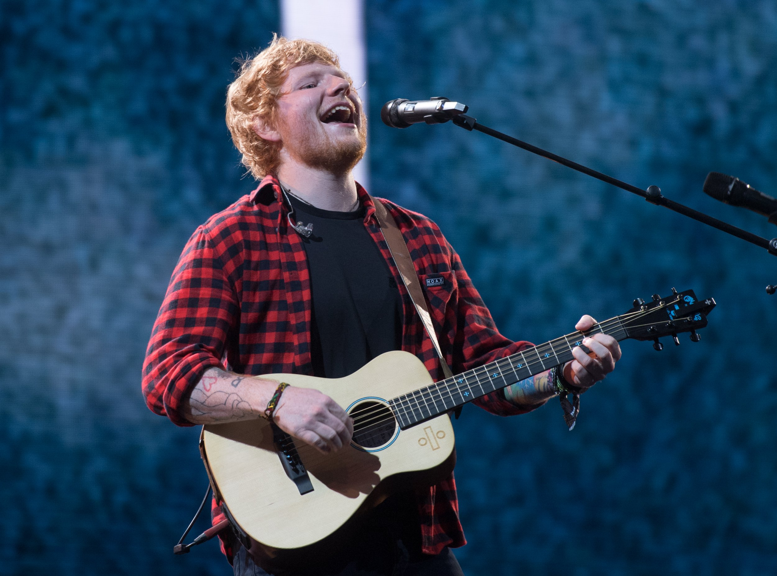 GLASTONBURY, ENGLAND - JUNE 25: Ed Sheeran performs on day 4 of the Glastonbury Festival 2017 at Worthy Farm, Pilton on June 25, 2017 in Glastonbury, England. (Photo by Samir Hussein/Redferns)