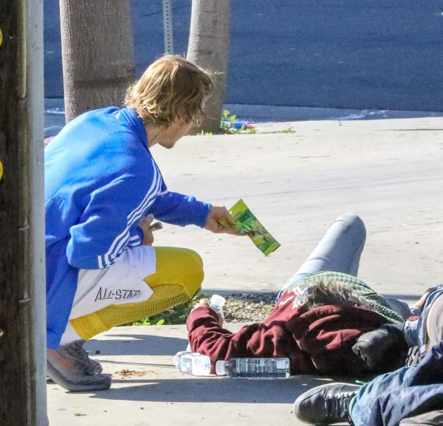 PREMIUM EXCLUSIVE Please contact X17 before any use of these exclusive photos - x17@x17agency.com Good Samaritan Justin Bieber stopped his car and talked to three homeless people sleeping on the sidewalk in Los Angeles wednesday morning giving them water and snacks March 28, 2018 /X17online.com