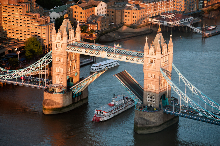 Where does the River Thames start and finish, how many miles long is it and what is the flow rate?