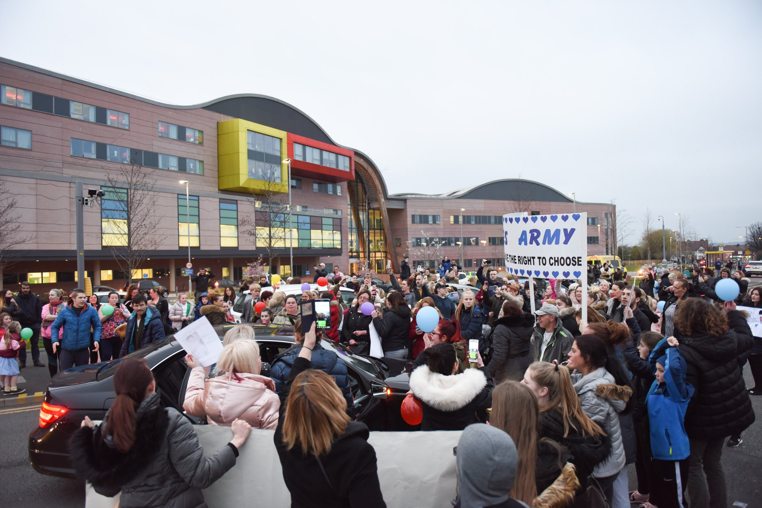 MERCURY PRESS. Liverpool, UK. 12/4/18. Pictured: A huge protest blocking Prescot Road outside Alder Hey hospital in Liverpool this evening whilst Alfie Evans' parents reportedly are attempting to take their son out of hospital.