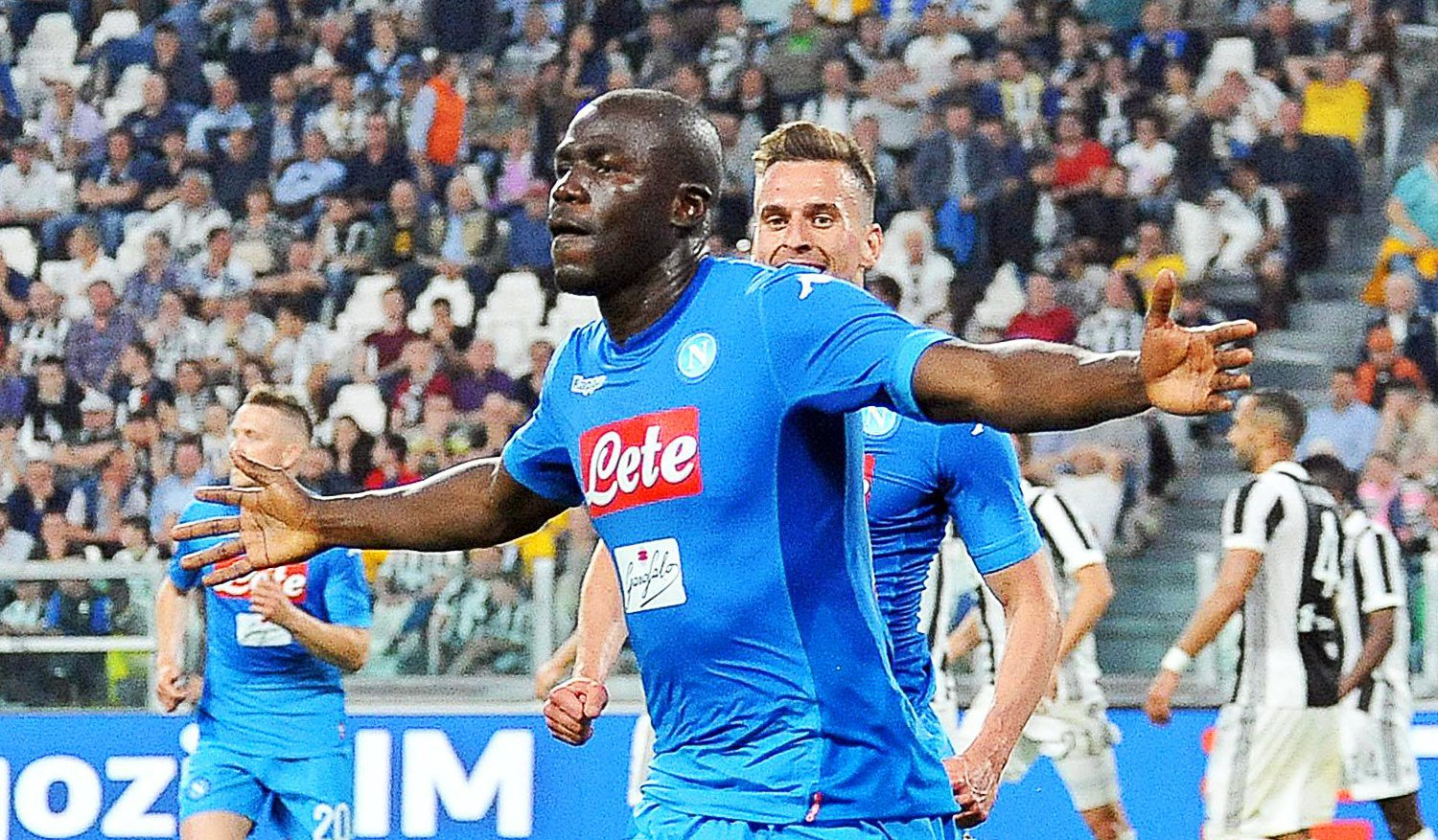 epa06686202 Napoli's Kalidou Koulibaly (front) celebrates after scoring the 1-0 lead during the Italian Serie A soccer match between Juventus FC and SSC Napoli in Turin, Italy, 22 April 2018. EPA/ALESSANDRO DI MARCO