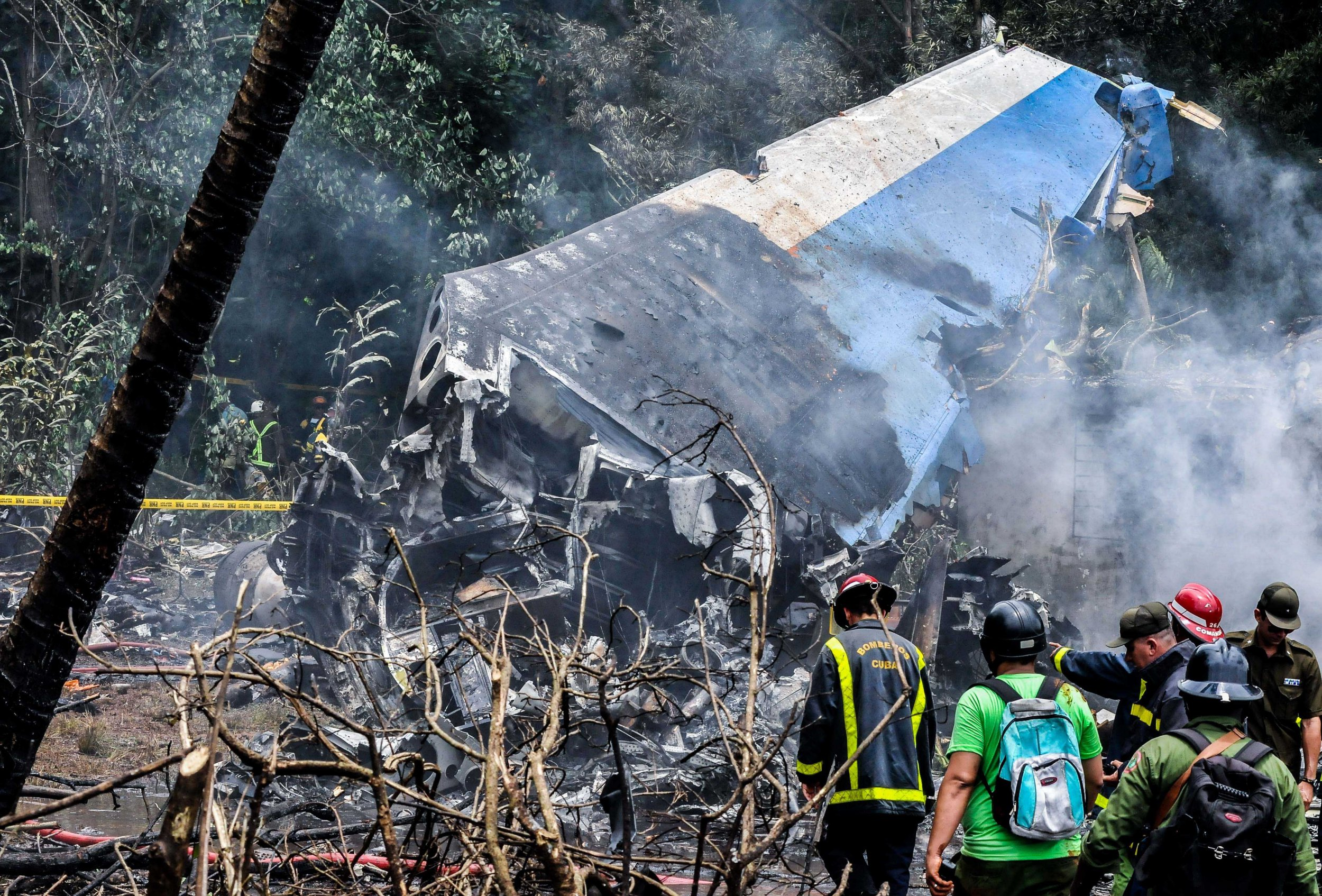"""(180519) -- HAVANA, May 19, 2018 (Xinhua) -- Rescuers work at the site where an airplane of Cuban airline """"Cubana de Aviacion"""" crashed, in Havana, Cuba, on May 18, 2018. At least three people have been found alive, but in critical condition, after a Boeing 737 passenger plane crashed near Havana on Friday, according to state newspaper Granma. (Xinhua/Joaquin Hernandez) (cr) (da)(axy)"""