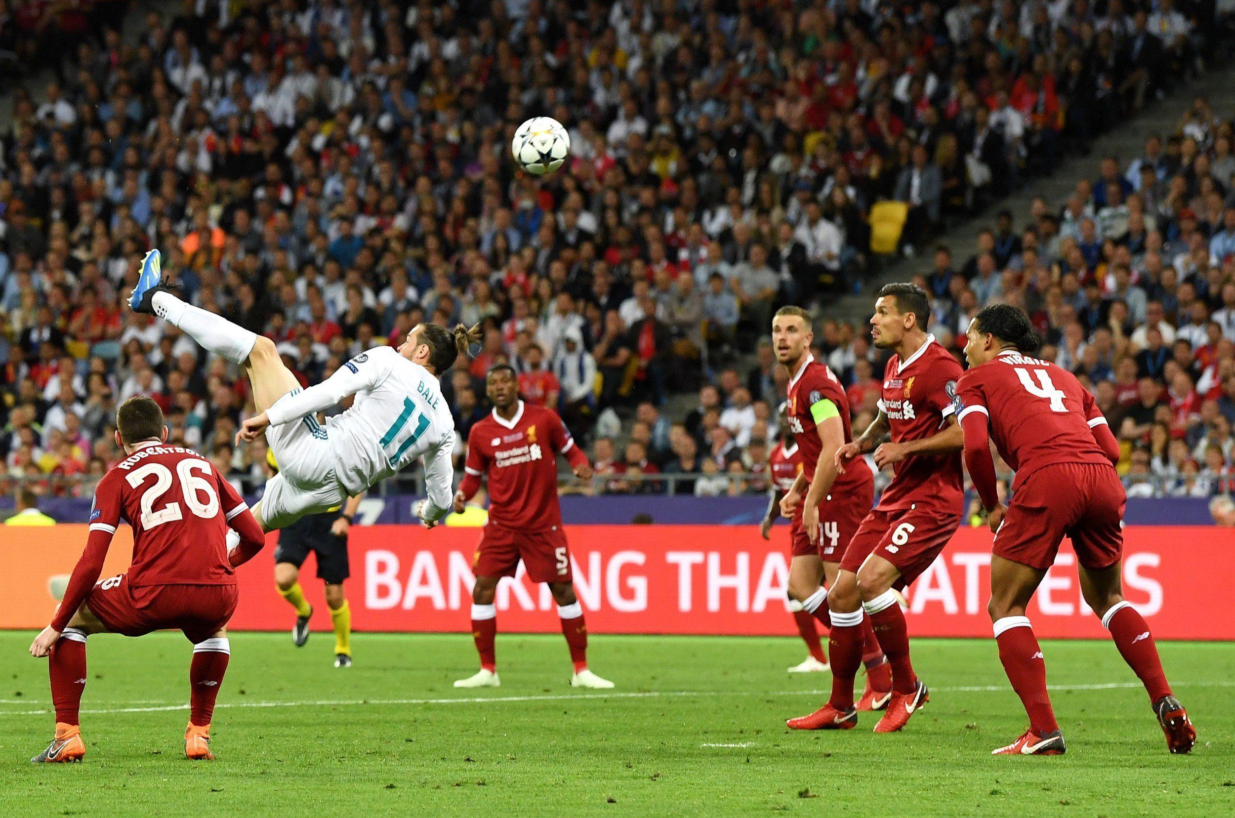 Gareth Bale deciding between Manchester United and Bayern Munich transfer offers
