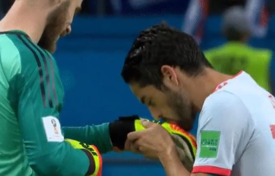 Isco kisses David De Gea's glove after Spain secured victory over Iran