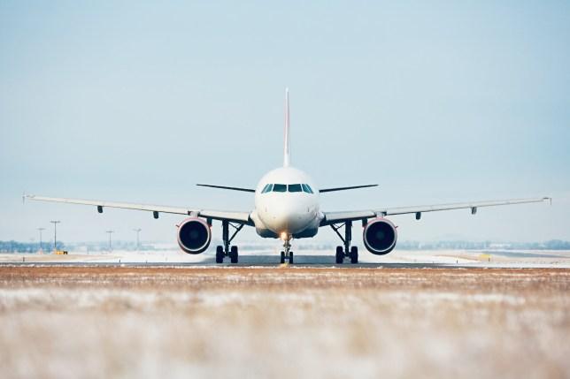 Aéroport en hiver. Avion circulant sur la piste pour le décollage.
