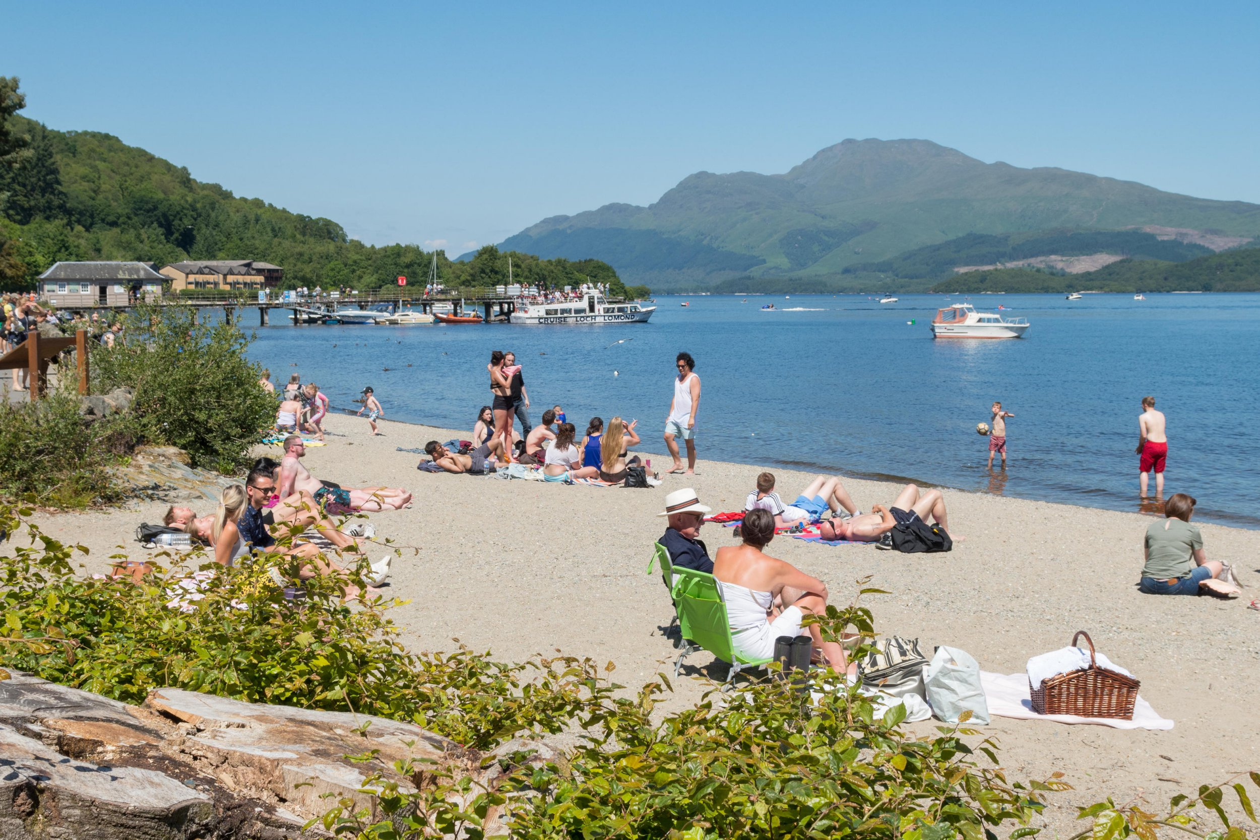 Alamy Live News. P6M6J0 Luss, Loch Lomond, Scotland, UK - 1 July 2018: uk weather - Loch Lomond looking as pretty as a postcard as tourists and locals bask in the heat Credit: Kay Roxby/Alamy Live News This is an Alamy Live News image and may not be part of your current Alamy deal . If you are unsure, please contact our sales team to check.