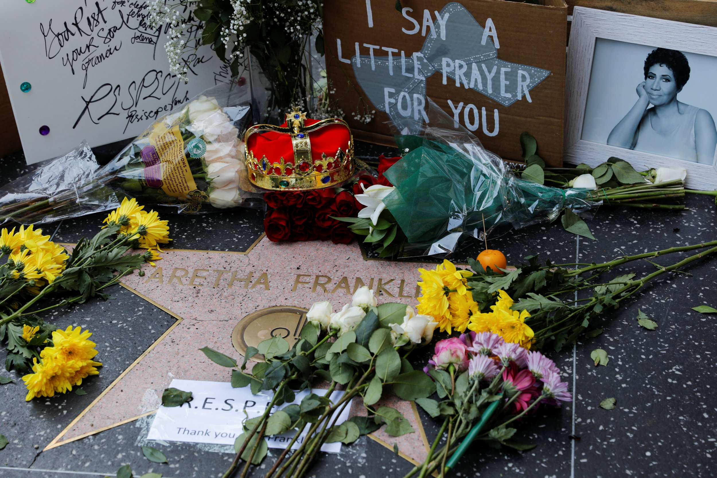 Aretha Franklin fans gather to pay tribute at Hollywood Walk of Fame star