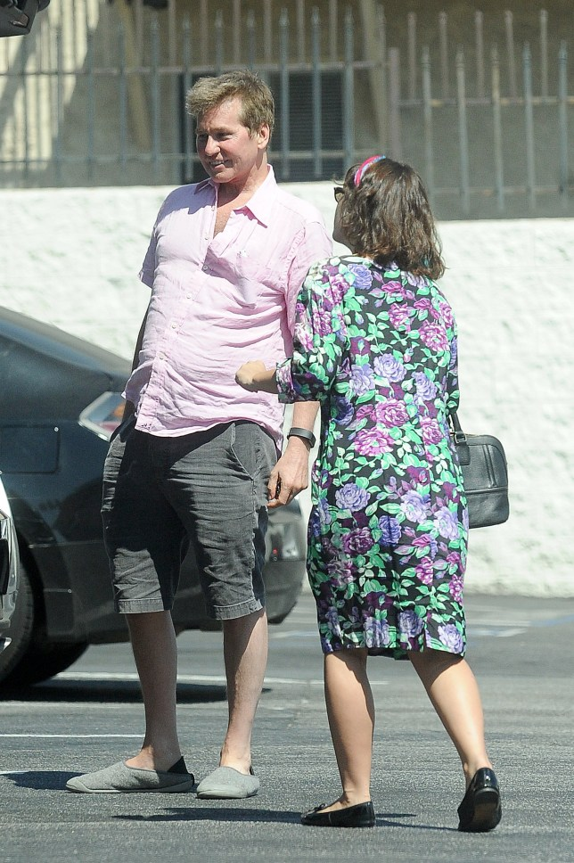 EXCLUSIVE. Coleman-Rayner Los Angeles, CA, USA. August 25, 2018 Actor Val Kilmer has a laugh with his daughter Mercedes Kilmer as they head out for lunch at Zankou Chicken in Los Angeles. The former Batman star was seen having trouble with the trunk of his car so his daughter stepped in to help. CREDIT MUST READ: Jeff Rayner/Coleman-Rayner Tel US (001) 310 474 4343 - office www.coleman-rayner.com