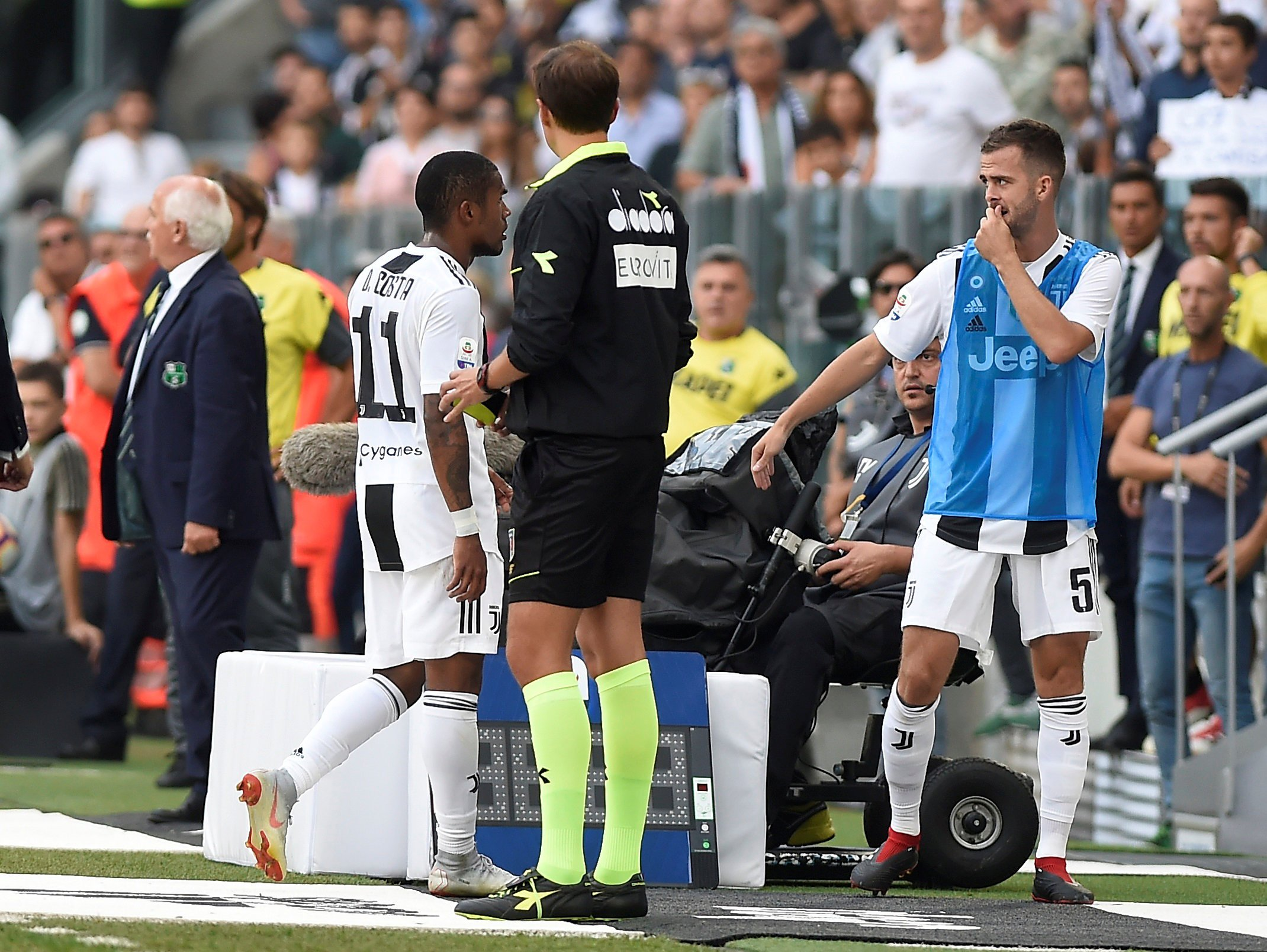 Soccer Football - Serie A - Juventus v U.S Sassuolo - Allianz Stadium, Turin, Italy - September 16, 2018 Juventus' Douglas Costa leaves the pitch after being shown a red card by referee Daniele Chiffi REUTERS/Massimo Pinca