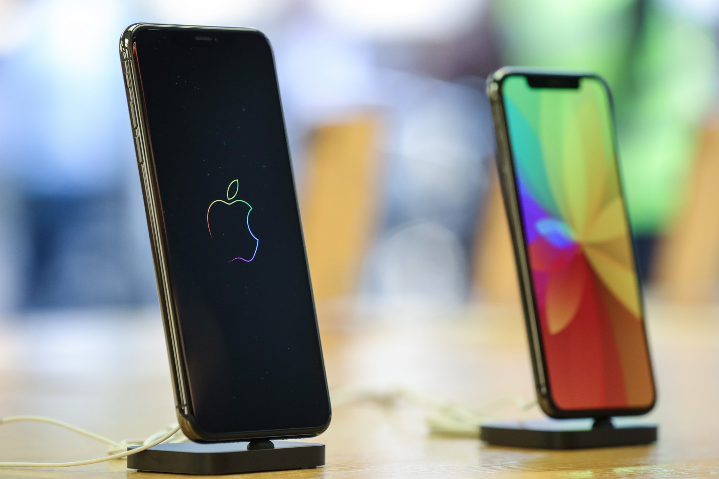 epa07036561 The new iPhone Xs Max and Xs models are displayed during a launch of new products at an Apple Store in Frankfurt Main, Germany, 21 September 2018. The iPhone Xs Max, iPhone Xs and Apple Watch Series 4 went on sale on 21 September in Germany. EPA/ARMANDO BABANI
