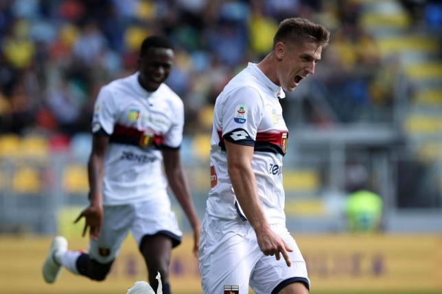 epa07059040 Genoa's Krzysztof Piatek (R) celebrates after scoring during the Italian Serie A soccer match between Frosinone Calcio and Genoa CFC in Frosinone, Italy, 30 September 2018. EPA/FEDERICO PROIETTI
