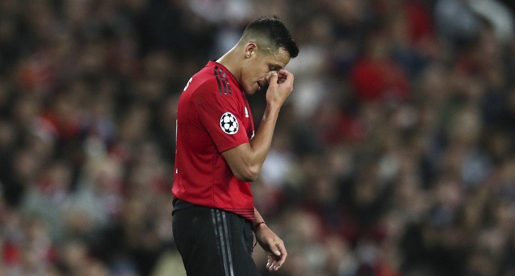 Alexis Sanchez ordered to hurry up by Manchester United crowd after walking off during substitution against Valencia