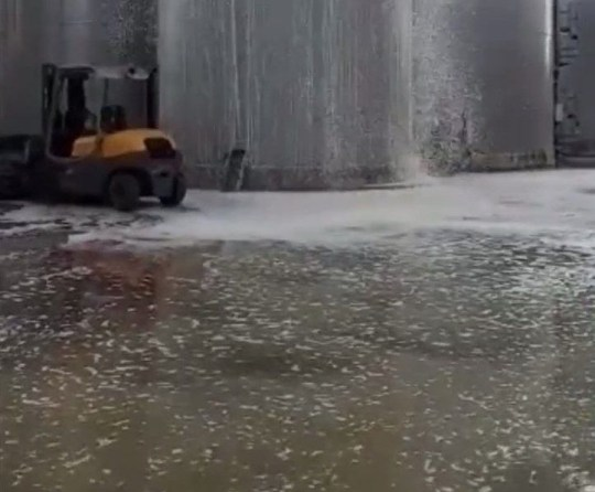 - Screenshot taken from the video showing a tank of prosecco overflowing after an explosion Link to video: https://www.dropbox.com/s/ki8bi9zbdowei4j/Prosecco_Fountain_TRIANGLENEWS.MOV?dl=0 TRIANGLE NEWS 0203 176 5581 // contact@trianglenews.co.uk By Rosaleen Fenton An Italian winery lost 30,000 litres of PROSECCO after a fermentation tank exploded on site. The devastating scenes in Conegliano, Veneto, in the province of Treviso, were filmed by a devastated employee who recorded the calamity. The incident was posted on Facebook by the L'enoteca Zanardo Giussano winery on Facebook last week, where it has reached over a million views. *Full copy filed via the wires* *TRIANGLE NEWS DOES NOT CLAIM ANY COPYRIGHT OR LICENSE IN THE ATTACHED MATERIAL. ANY DOWNLOADING FEES CHARGED BY TRIANGLE NEWS ARE FOR TRIANGLE NEWS SERVICES ONLY, AND DO NOT, NOR ARE THEY INTENDED TO, CONVEY TO THE USER ANY COPYRIGHT OR LICENSE IN THE MATERIAL. BY PUBLISHING THIS MATERIAL , THE USER EXPRESSLY AGREES TO INDEMNIFY AND TO HOLD TRIANGLE NEWS HARMLESS FROM ANY CLAIMS, DEMANDS, OR CAUSES OF ACTION ARISING OUT OF OR CONNECTED IN ANY WAY WITH USER'S PUBLICATION OF THE MATERIAL*