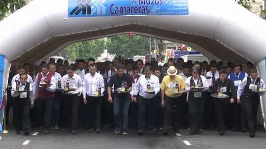 METRO VID GRAB Hundreds of waiters try not to spill any drinks in street race