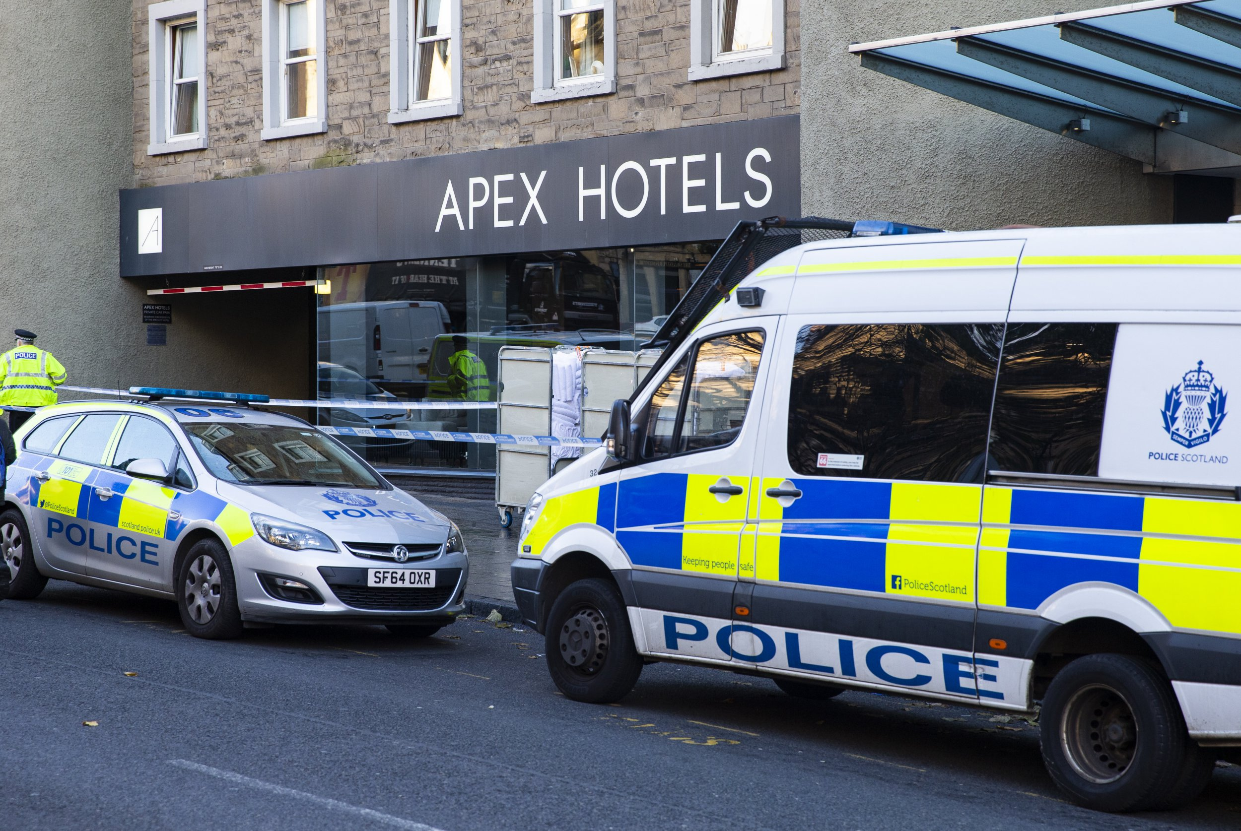 08/11/2018 Picture: Duncan McGlynn +447771370263 Police in Edinburgh cordon off an area outside the Apex Hotel in Edinburgh's Grassmarket. Police are treating the incident as an attempted murder and two serious assaults. ??Duncan McGlynn.***NO SYNDICATION******NO ARCHIVE***