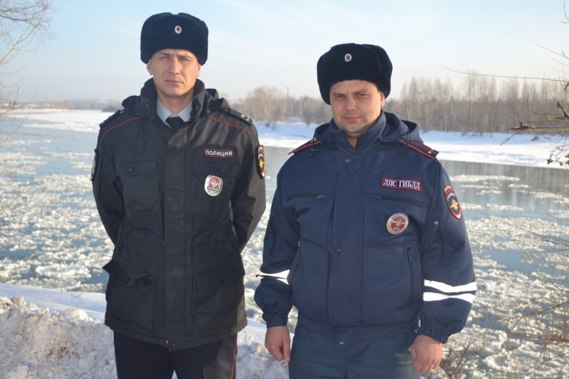 Traffic police officers, First Lieutenant Yevgeny Lunin and Lieutenant Pavel Istomin (Picture: Russian Ministry of Internal Affairs)