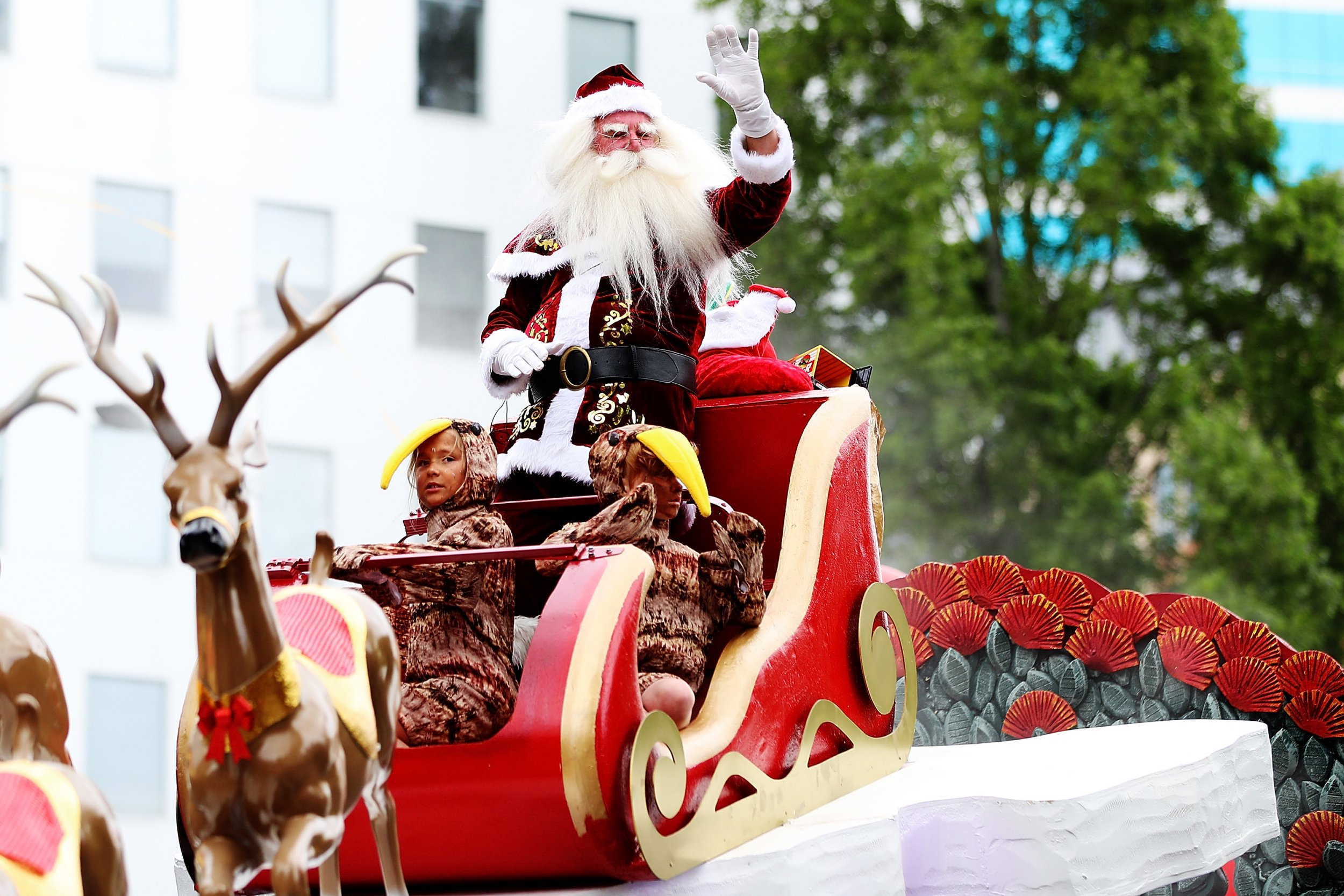 AUCKLAND, NEW ZEALAND - NOVEMBER 26: Santa waves to the crowds during the annual Farmers Santa Parade on November 26, 2017 in Auckland, New Zealand. The Farmers Santa Parade has brought joy to the children of Auckland marking the start of the Christmas season for 84 years. (Photo by Hannah Peters/Getty Images)
