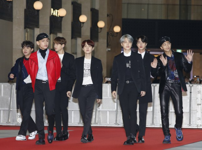 epa07194140 Members of the South Korean boy band 'Bangtan Boys, BTS' wave as they arrive for the 'Asia Artist Awards 2018' at Paradise City, Art Space Plaza in Incheon, South Korea, 28 November 2018. The Asia Artist Awards is an award ceremony held to honor artist who make notable achievements in K-Pop, K-Drama, and K-Movies. EPA/KIM HEE-CHUL