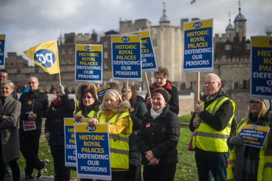 People at the Tower of London on the picket line as staff from Royal Palaces take industrial action over pay. PRESS ASSOCIATION Photo. Picture date: Friday December 21, 2018. See PA story INDUSTRY Palace. Photo credit should read: Pete Summers/PA Wire