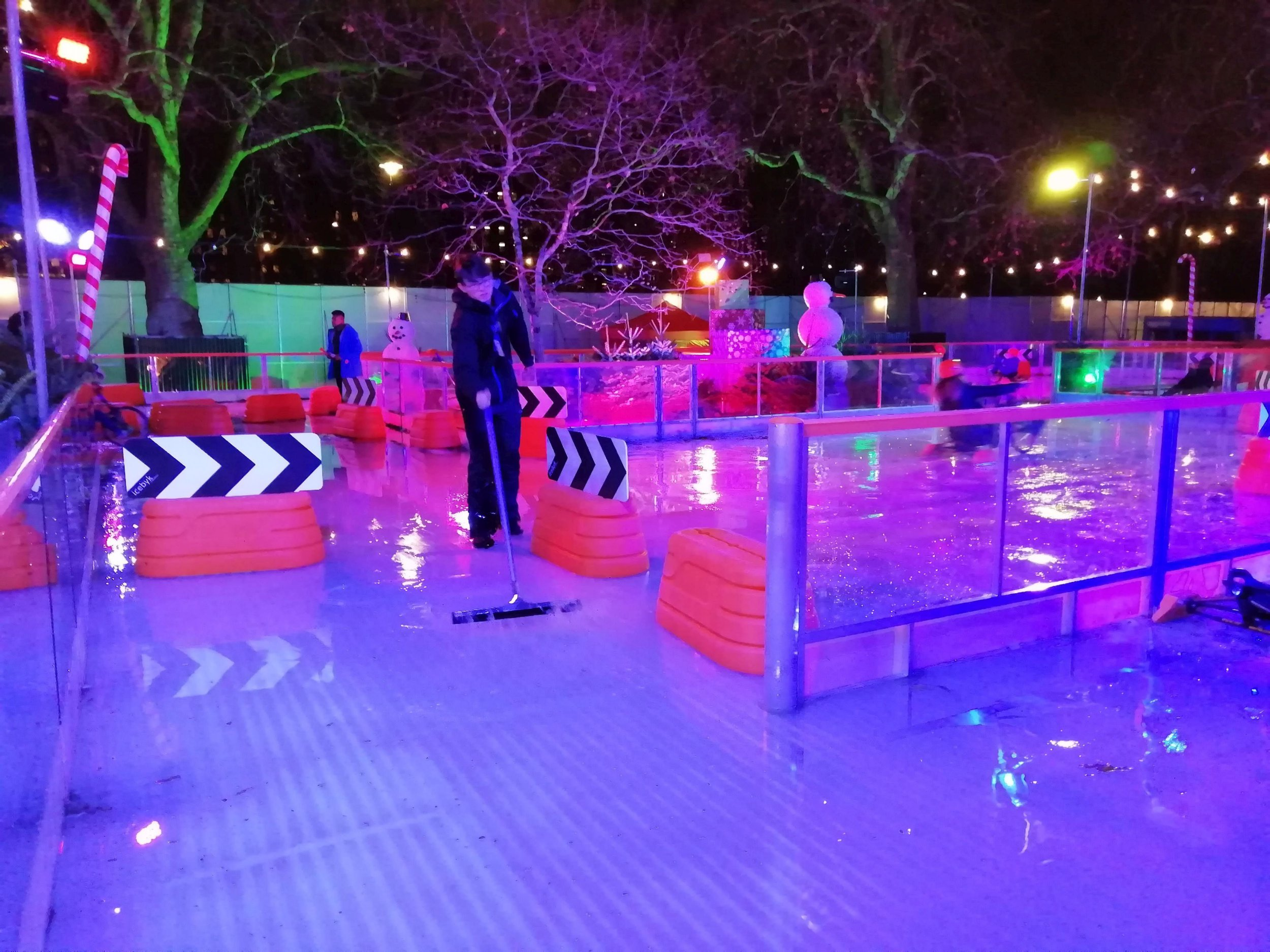 See my Newslink/email copy / ice rink melt hyde park 1,2: A smaller ice rink at Winter Wonderland in Hyde Park, London, melted and had inch-deep puddles soaking customers, with workers left with trousers wet to thigh level from brushing off water. December temperatures nudged the warmest for 177 years ? but today (Tue) sees eight inches? snow and the -7C (20F) coldest temperature since last winter. Copyright credit: Alistair Grant Freelance / 07886 000669 / ag@agrant.net