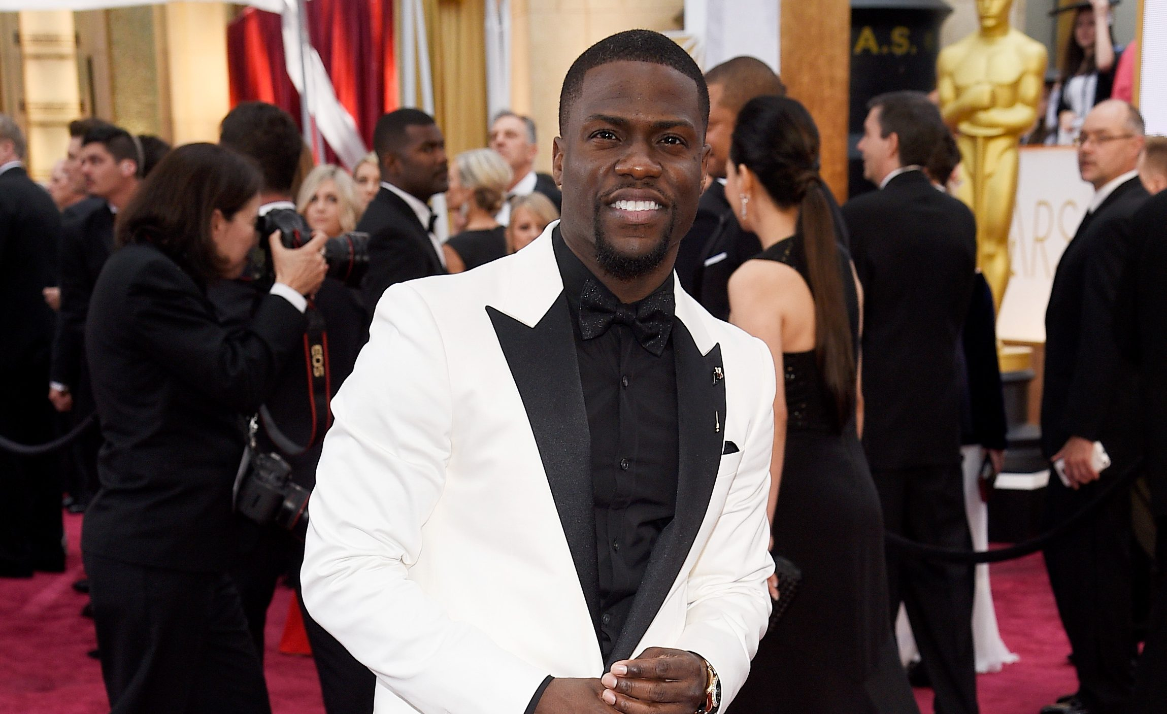 Why did Kevin Hart step down from hosting Oscars 2019 and what did he say in the 'homophobic' tweets?