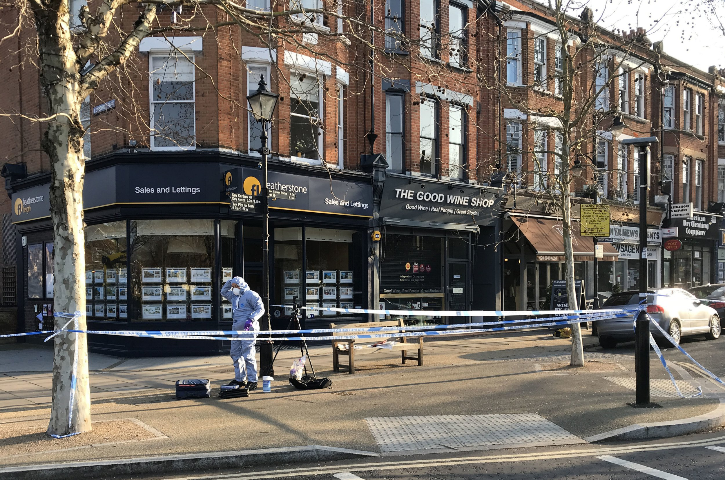 Forensic investigators at the scene where a man was stabbed at Royal Parade, close to the world famous Kew Gardens, west London. PRESS ASSOCIATION Photo. Picture date: Sunday January 20, 2019. See PA story POLICE Kew. Photo credit should read: Martin Keene/PA Wire