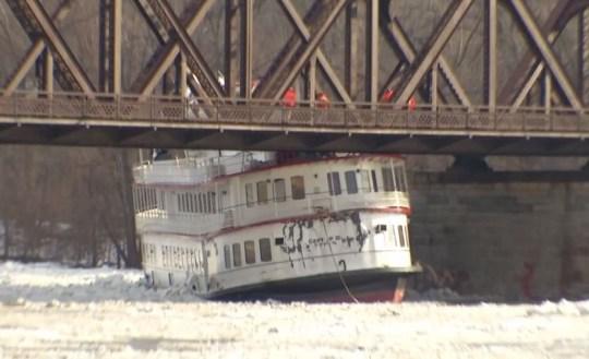 New York cruise ship gets stuck under bridge after breaking from moorings in ice flow METRO