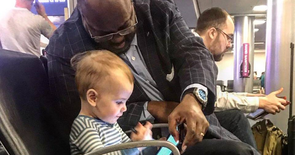 Dad thanks stranger for being kind and entertaining his toddler in an airport