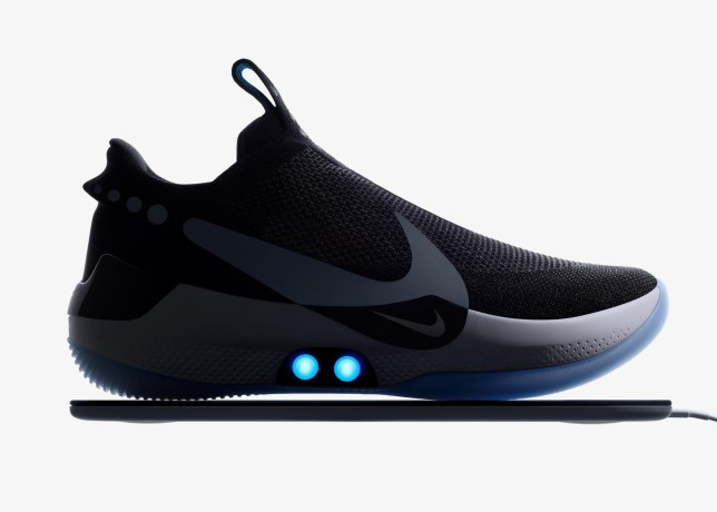 escucha Hombre rico Fraternidad  Nike's self-lacing trainers break just days after launch | Metro News