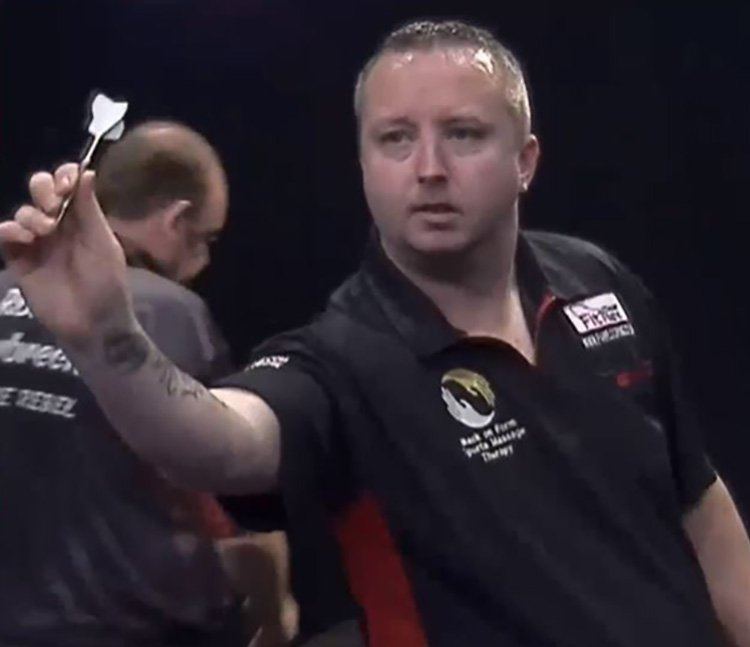 3rd bloke hits 9-darter and loses Ritchie Edhouse Provider: YouTube/Darts Fab Source: https://www.youtube.com/watch?v=hdUu-SE66Xs
