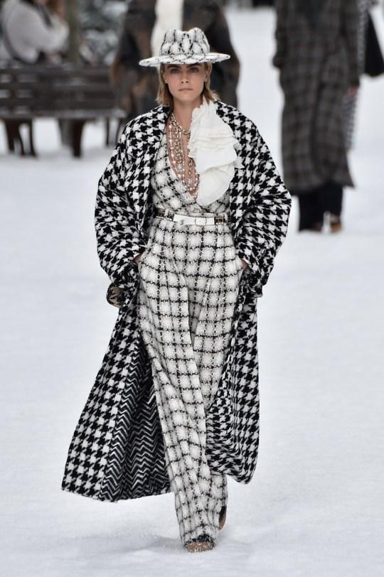 foto de Cara Delevingne honours Karl Lagerfeld at last Chanel show | Metro ...