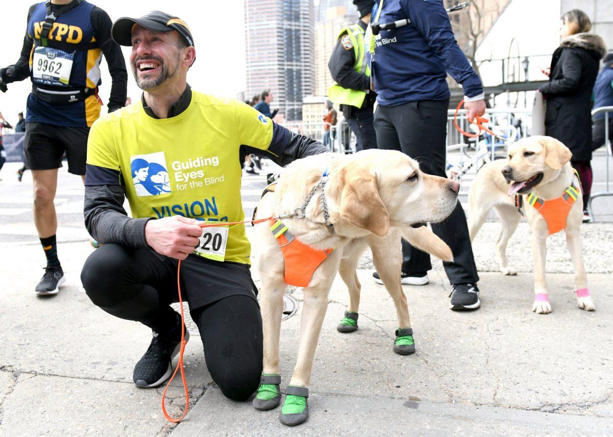 Pria Buta Ini Berhasil Menyelesaikan Lomba Lari Setengah Maraton