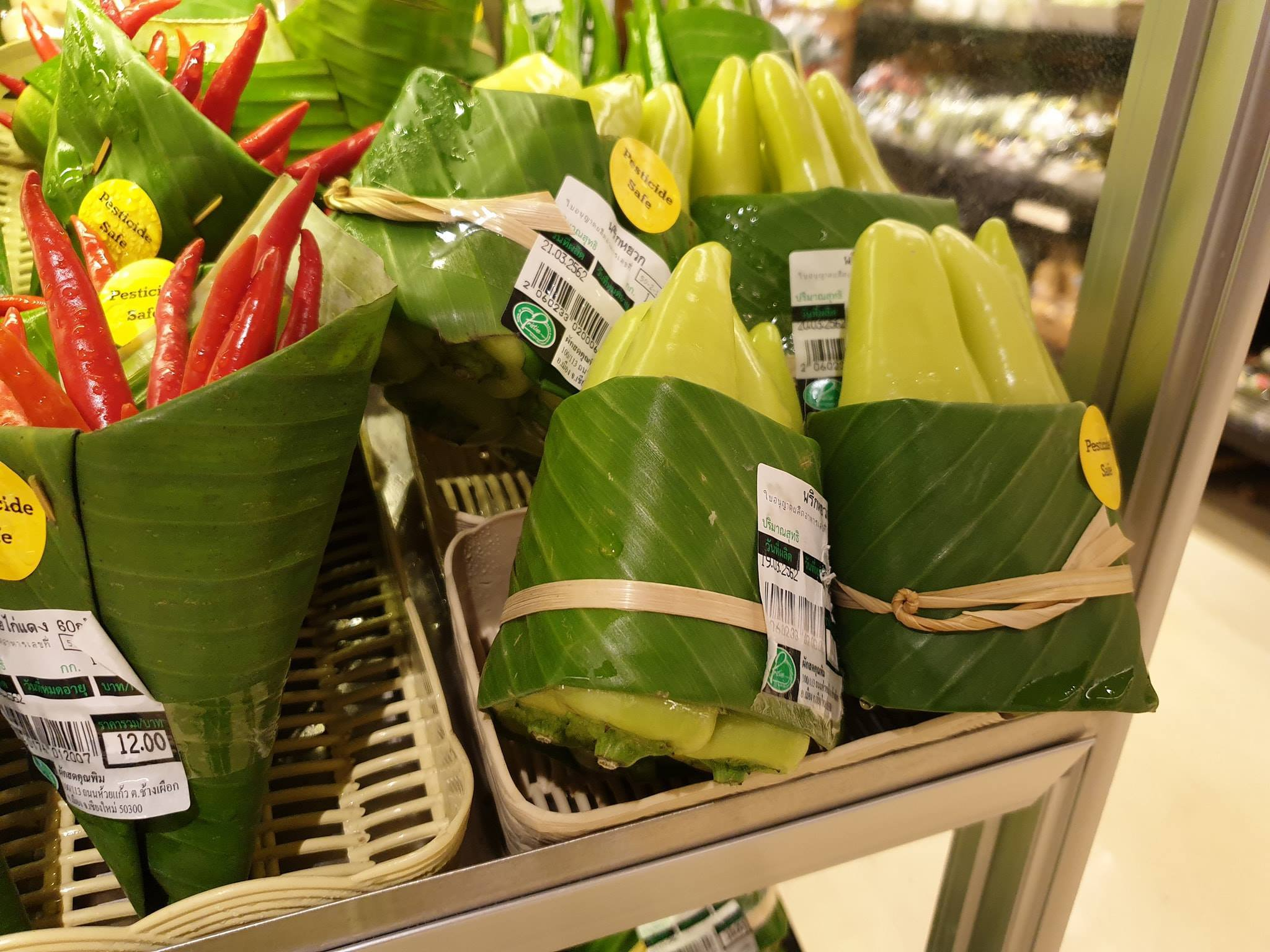 Supermarket in Thailand uses banana leaves as packaging instead of plastic