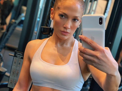Jennifer Lopez proves she's a total machine at the gym and we can't stop staring at her abs